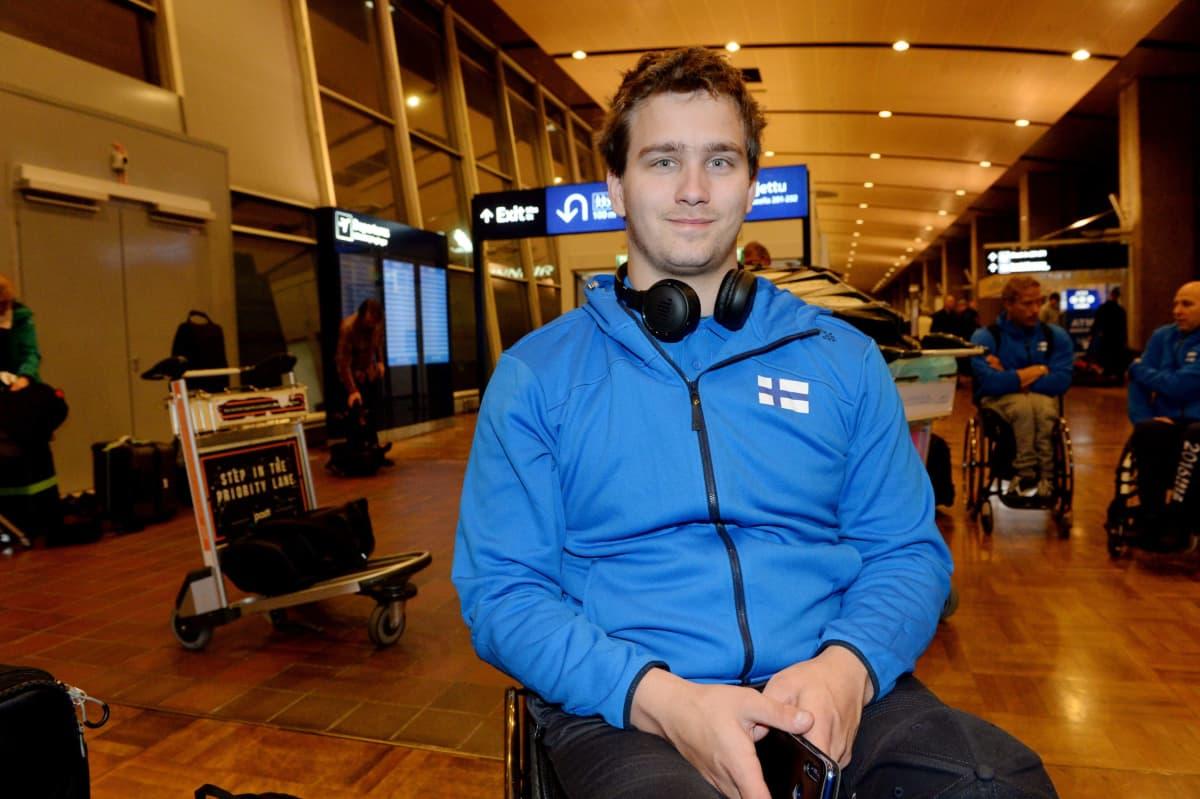 Tuomas Manni Suomen parayleisurheilun MM-joukkueen mediatilaisuudessa Helsinki-Vantaan lentokentällä 1. marraskuuta 2019.