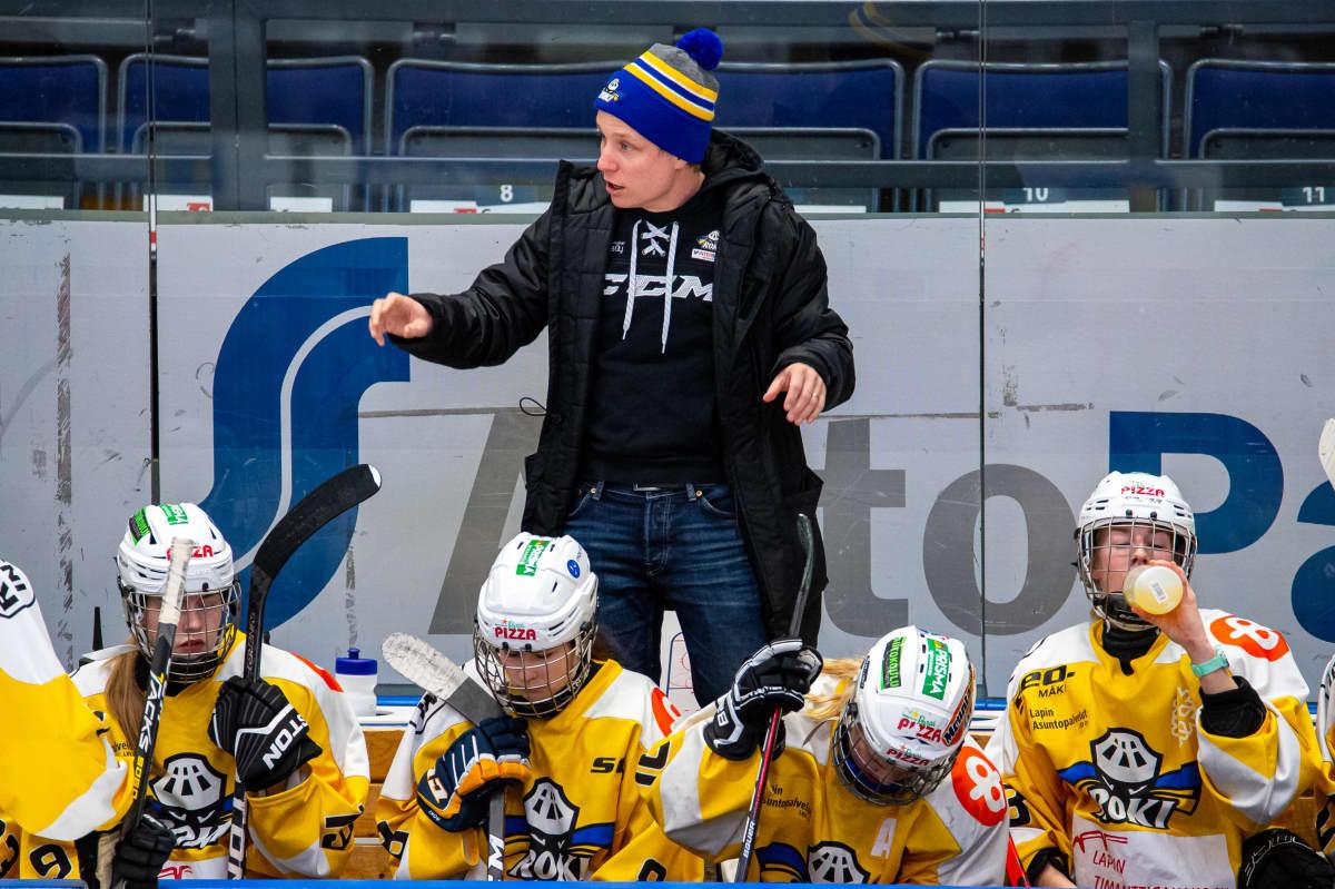 Päävalmentaja Tuomas Liitola ja RoKin naisten jääkiekkojoukkue
