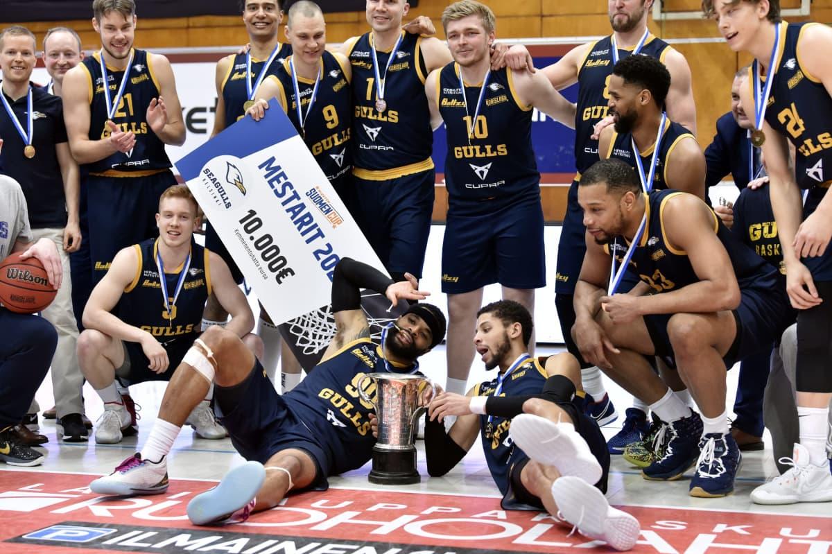 Seagulls juhlii miesten koripallon Suomen Cupin finaalin voittoa 13.2. 2021