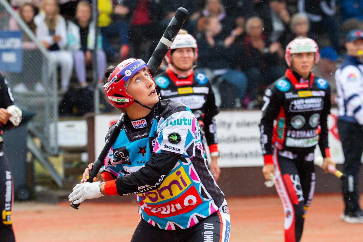 Susanna Puisto lyö palloa.