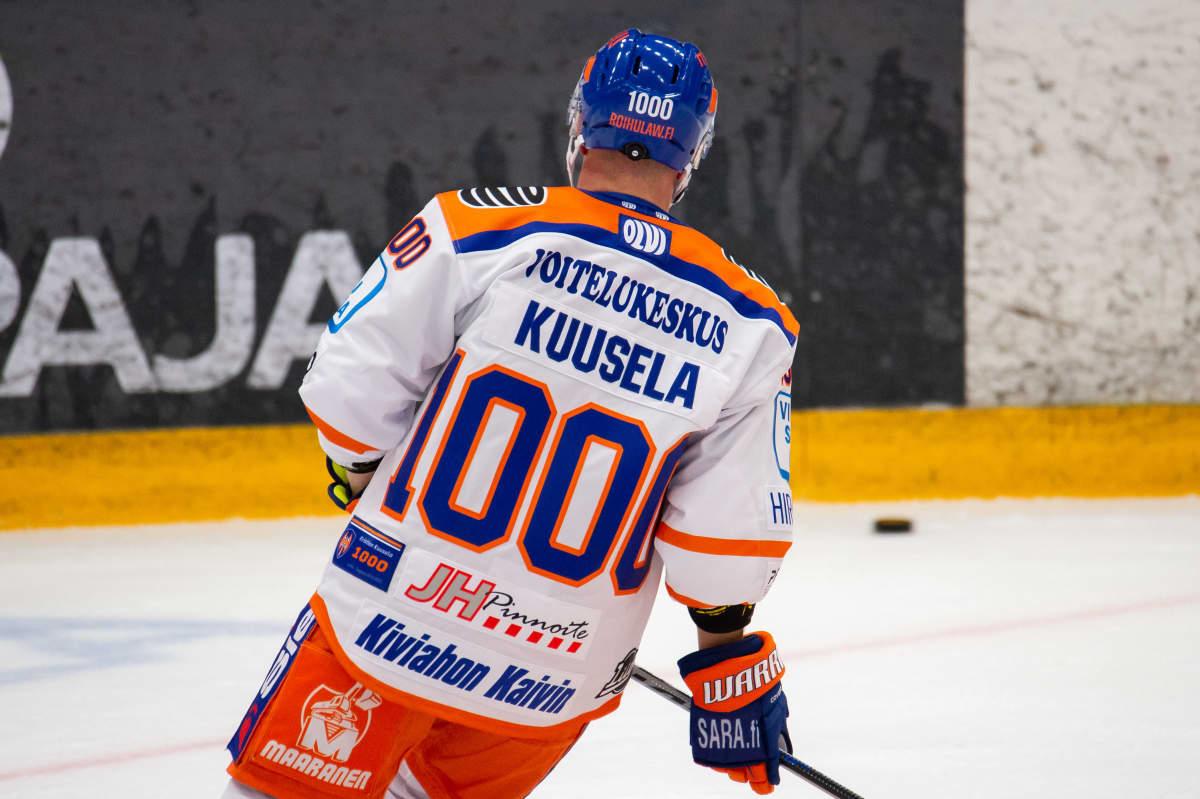 Alkulämmittelyssä (nro 1000) Kristian Kuusela 1000. liigaottelussaan.