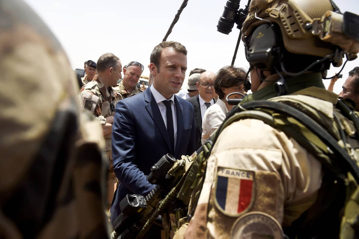 Emmanuel Macron keskustelee ranskalaisten sotilaiden kanssa Malin tukikohdassa.