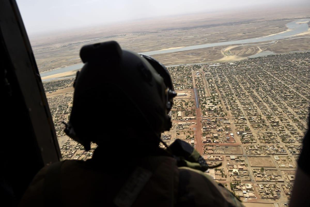 Ranskalainen sotilas katsoo ulos lennossa olevan helikopterin oviaukosta.