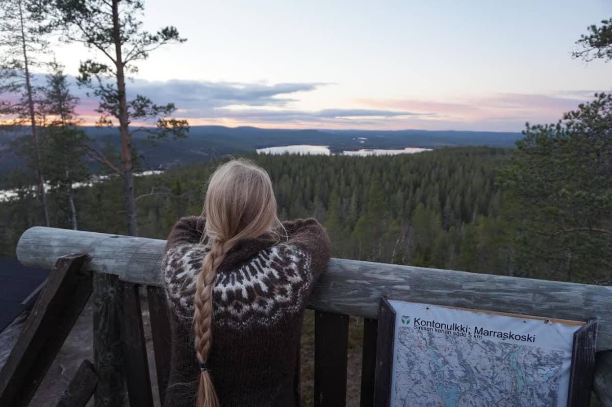 Matkabloggaaja Maarit Tolppanen Kontonulkin näköalatornissa