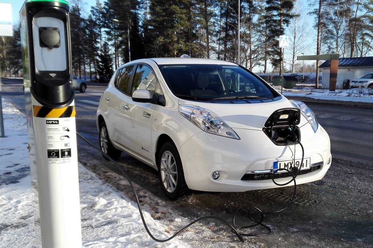 Sähköauto latauksessa