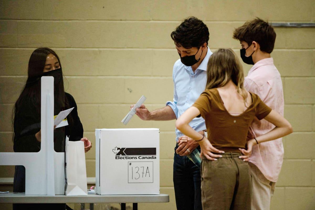 Justin Trudeau äänestämässä perheineen.