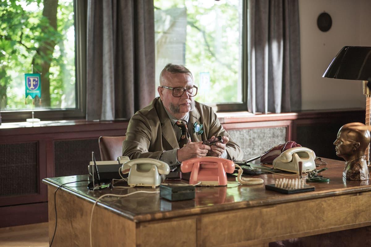 Kari Väänäsen näyttelemä kaupunginjohtaja Aulis Homelius on valmis pikku korruptioon saadakseen vaimonsa takaisin.
