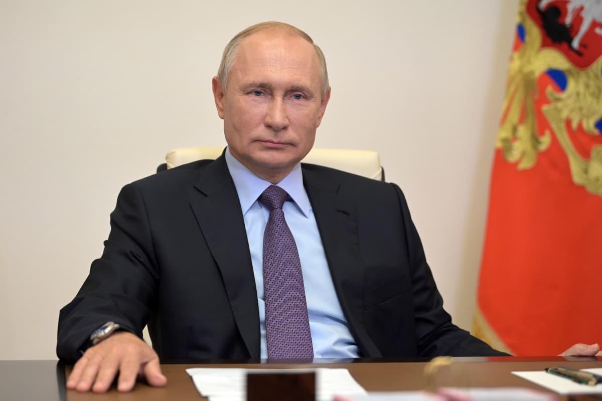 Vladimir Putin istumassa.