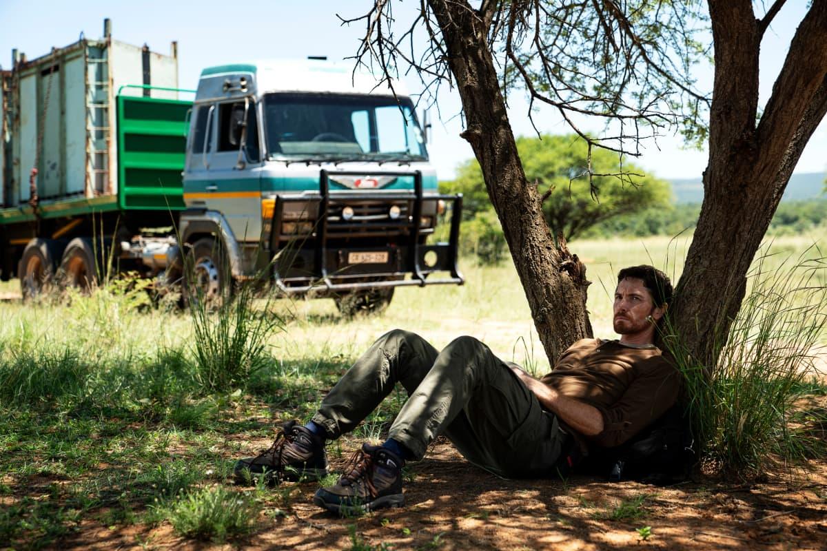 Lemmer (James Gracie) nojailee puuhun