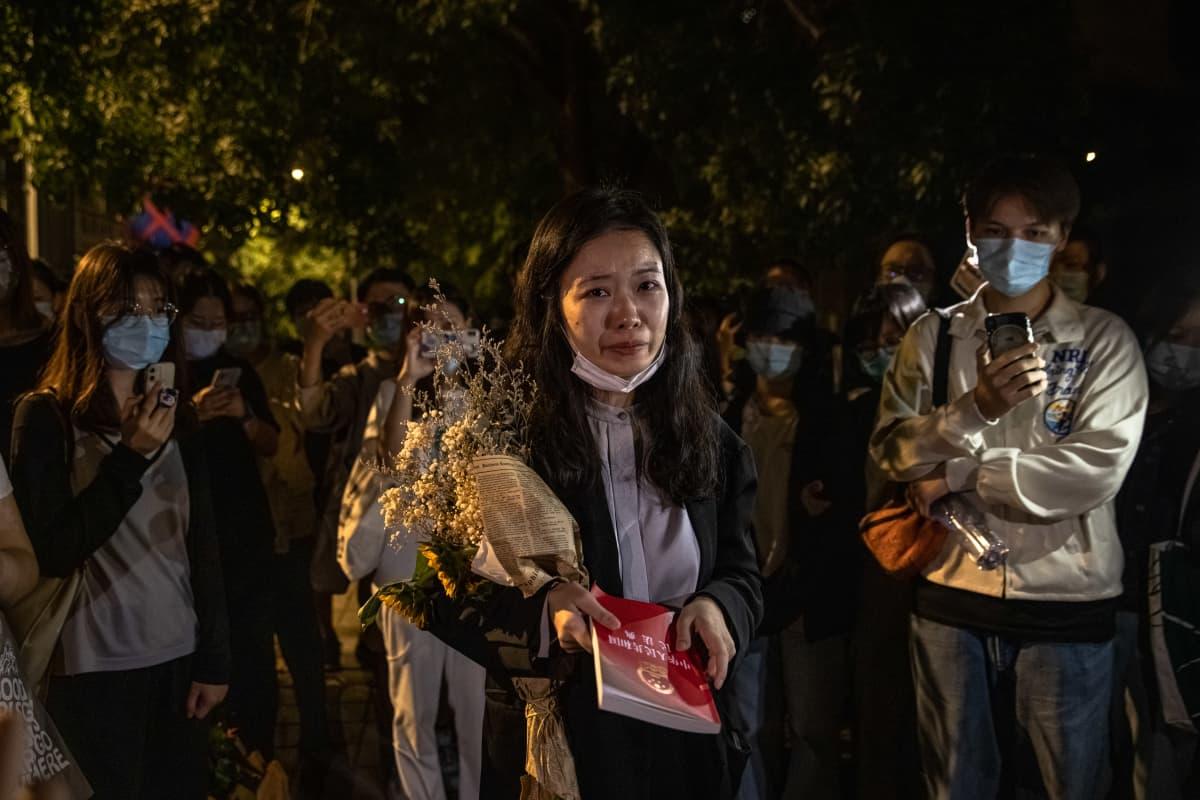 Zhou Xiaoxuan itki tuomioistuimen kielteisen päätöksen jälkeen puhuessaan kannattajilleen.