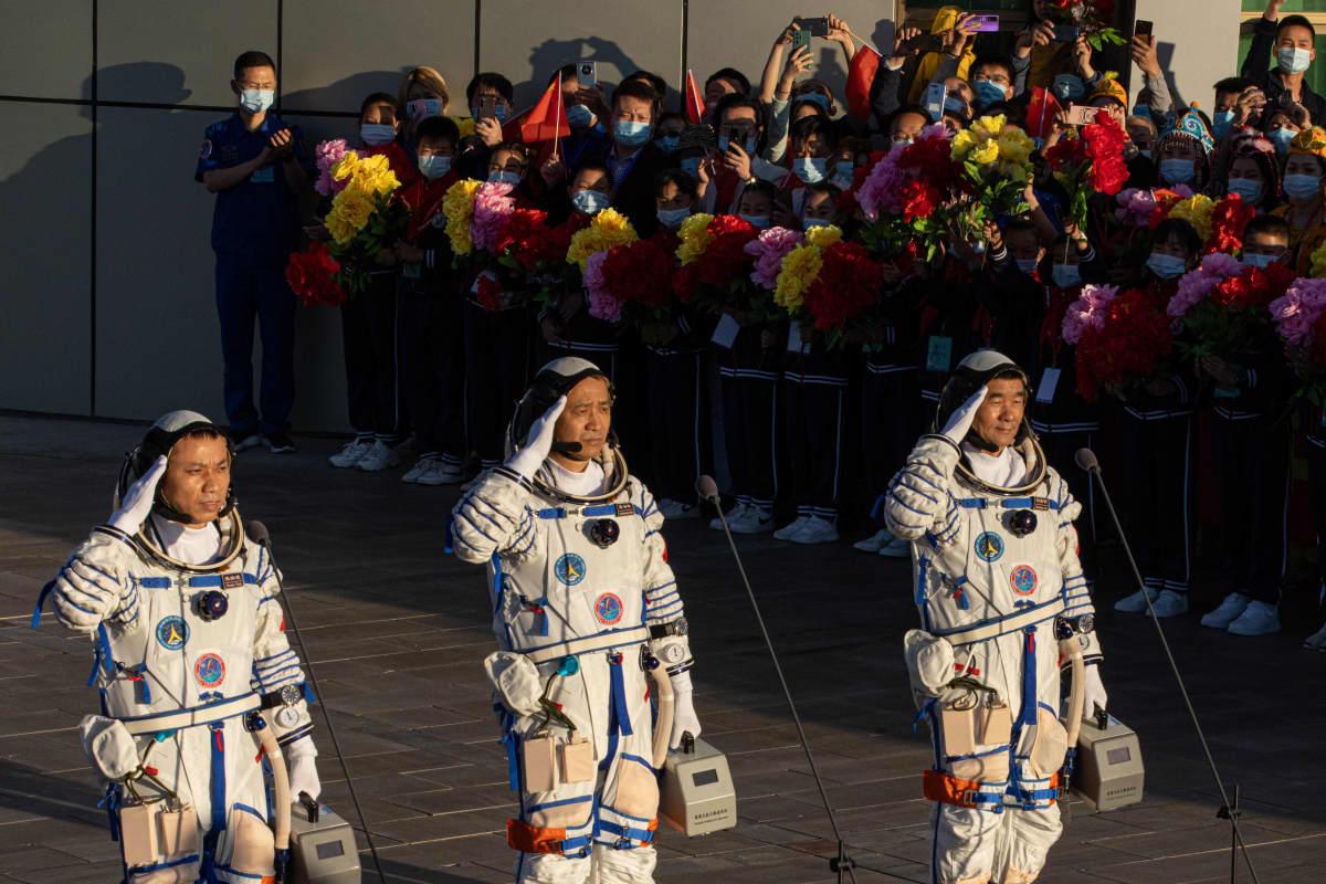 Kolme kiinalaista astronauttia rinnakkain.