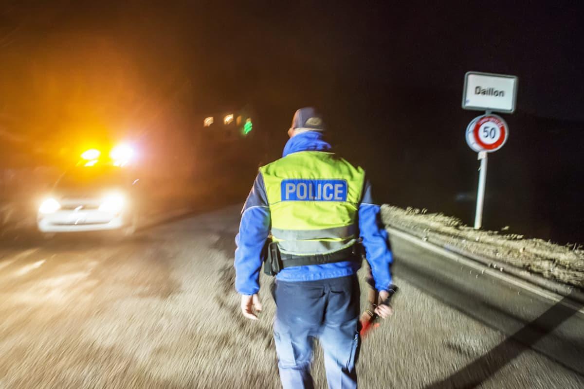 Poliisi sulki autoteitä sen jälkeen kun kolme ihmistä oli ammuttu Valaisissa Svaitsissä 2. tammikuuta.