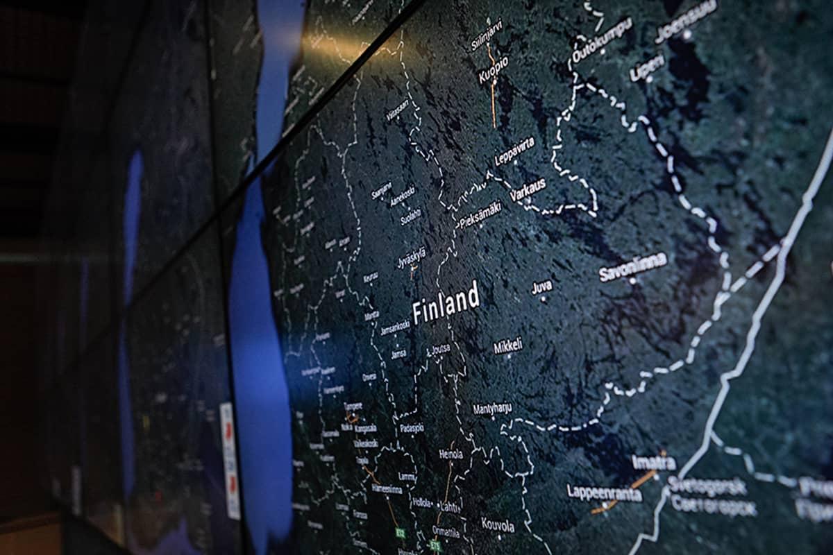 Karttaseinä Elisan johtokeskuksessa.