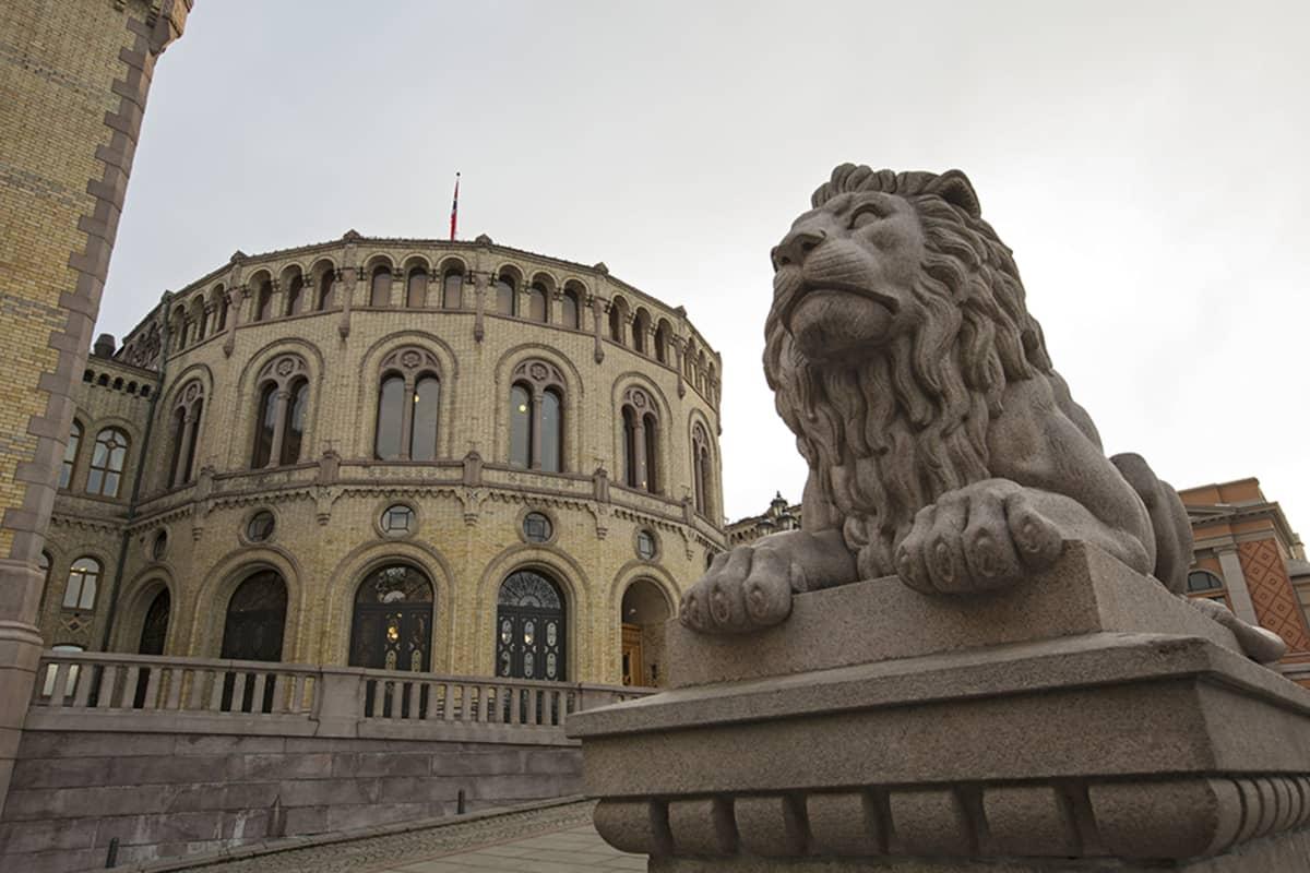 Leijonapatsas vartioi Norjan parlamenttirakennuksen ulkopuolella.