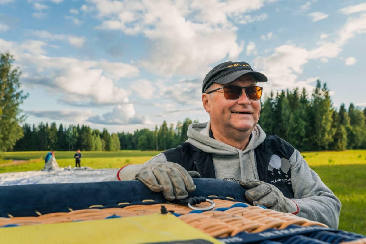 Markku Sipinen tarkkailee sadepilviä ja hymyilee kun pelkoa sateesta ei ole.