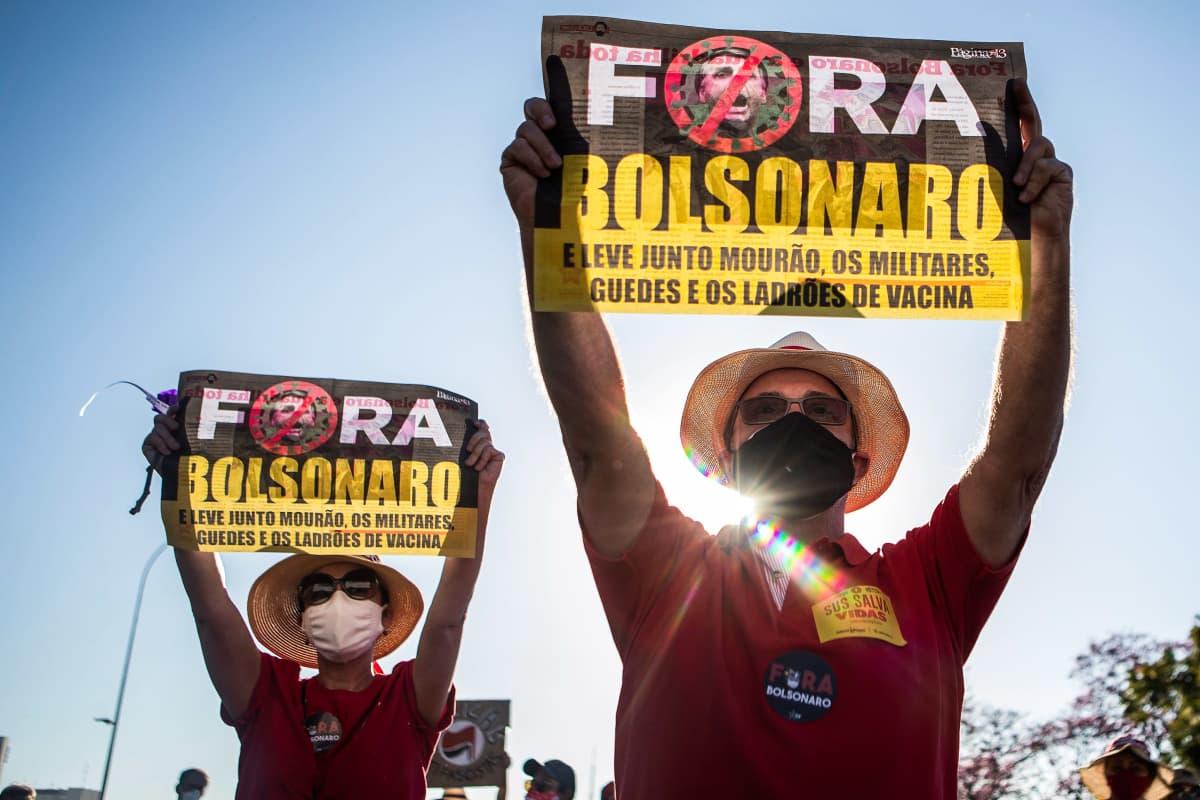 Brasilialaiset osoittavat mieltään presidentti Jair Bolsonaroa vastaan.