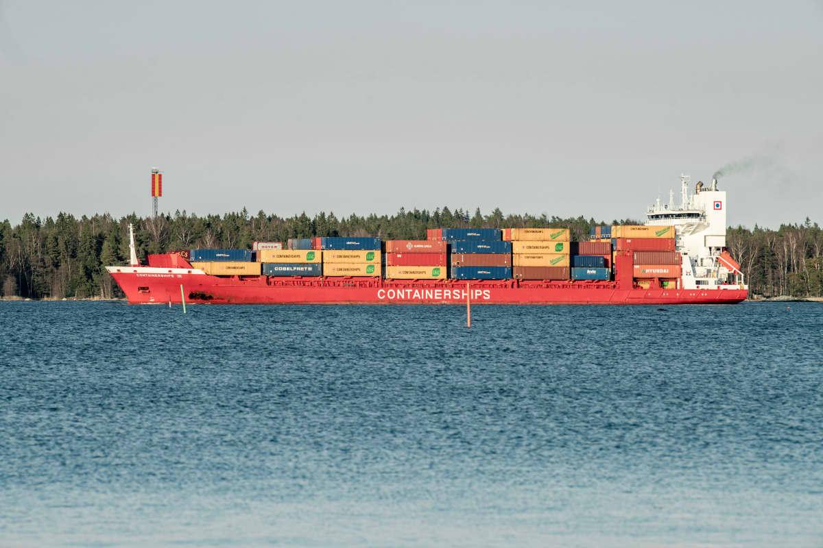 Konttilaiva matkalla Vuosaaren satamaan.