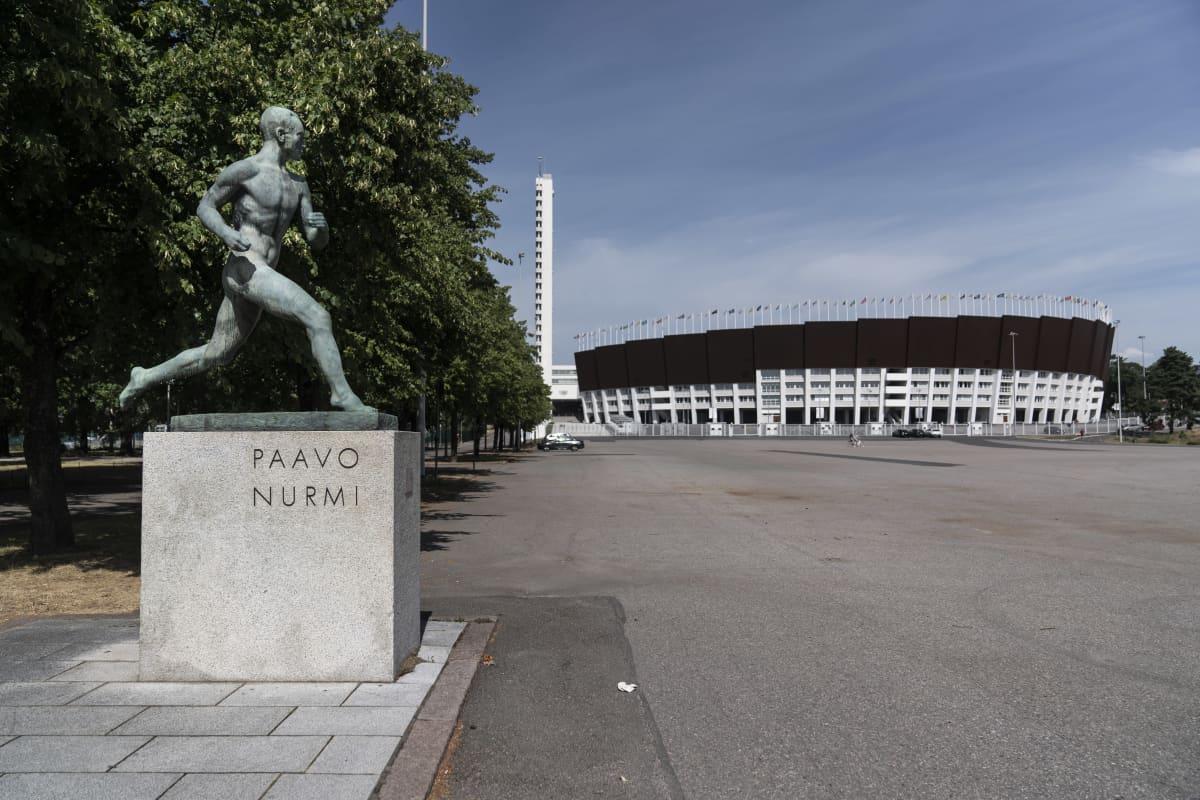 Etualalla Paavo Nurmen -patsas ja takana helsingin olympiastadion.