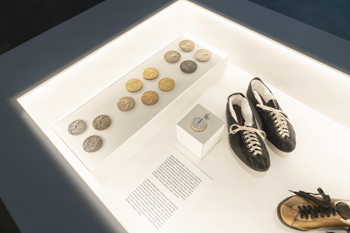Paavo Nurmen kaikki olympiamitalit sekä hänen taskukello ja juoksukengät esillä Urheilumuseossa.