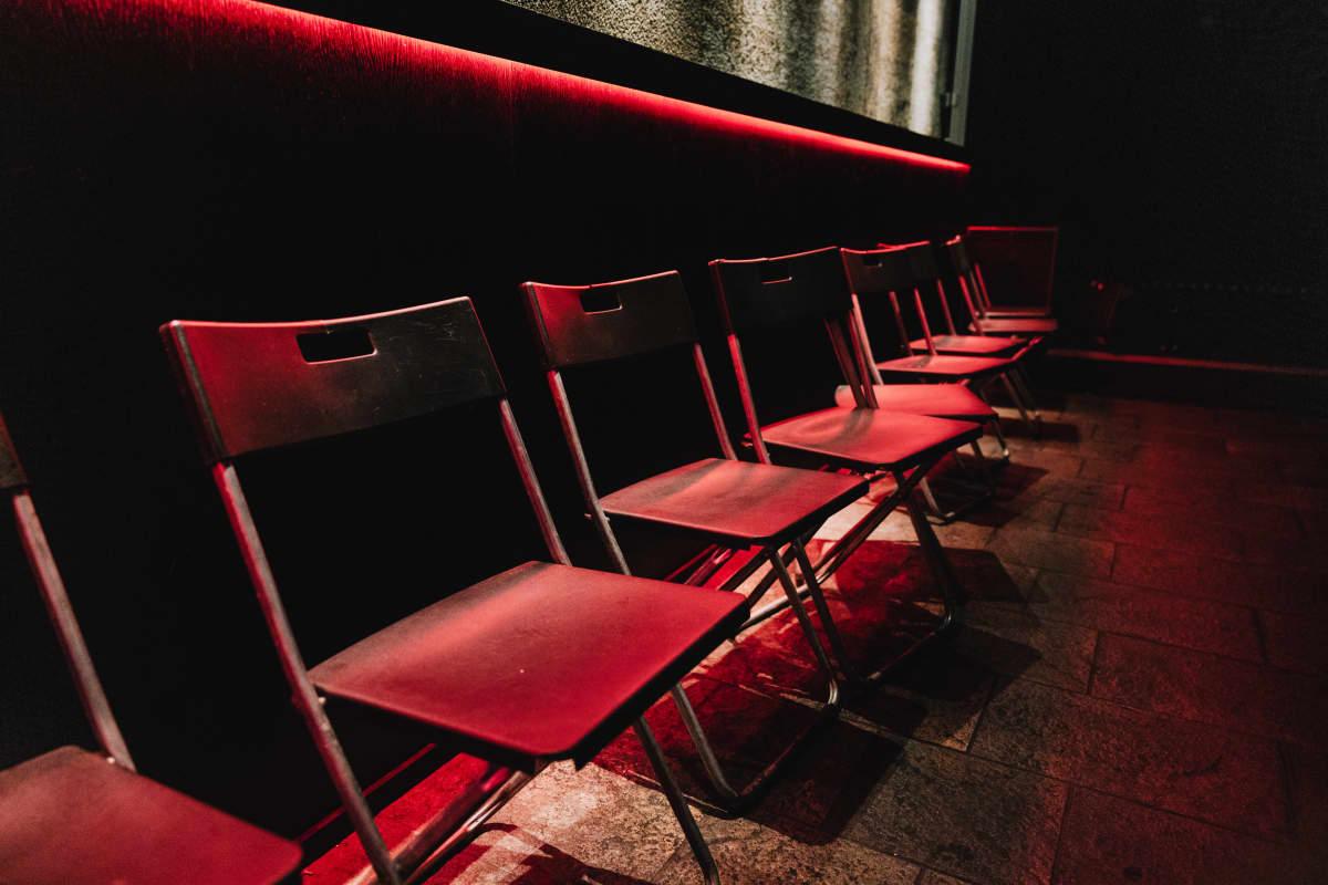 Tuoleja rivissä tanssilattialla.