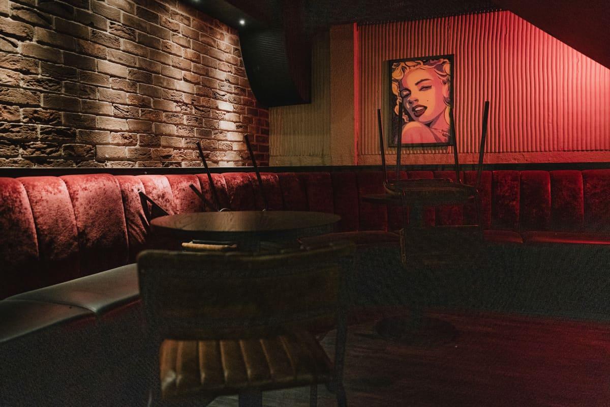 Tyhjässä baarissa roikkuu Marilyn Monroeta esittävä taideteos.