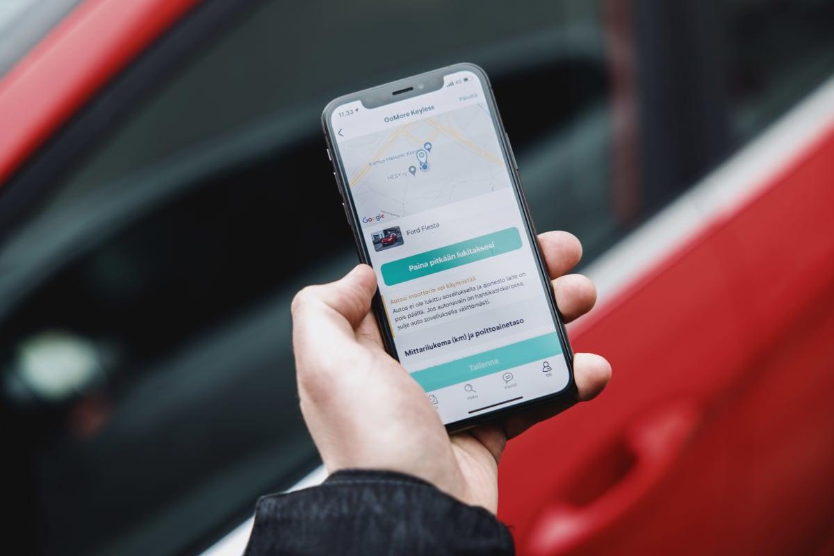 Kuvassa Gomoren auton etähallinta-mobiiliapplikaatio.