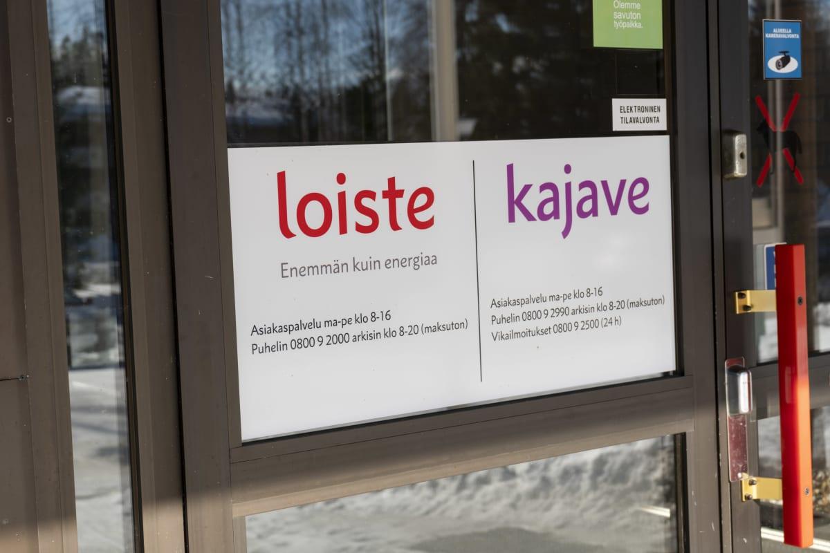 Loisteen ja Kajaven opasteet toimiston ovessa.