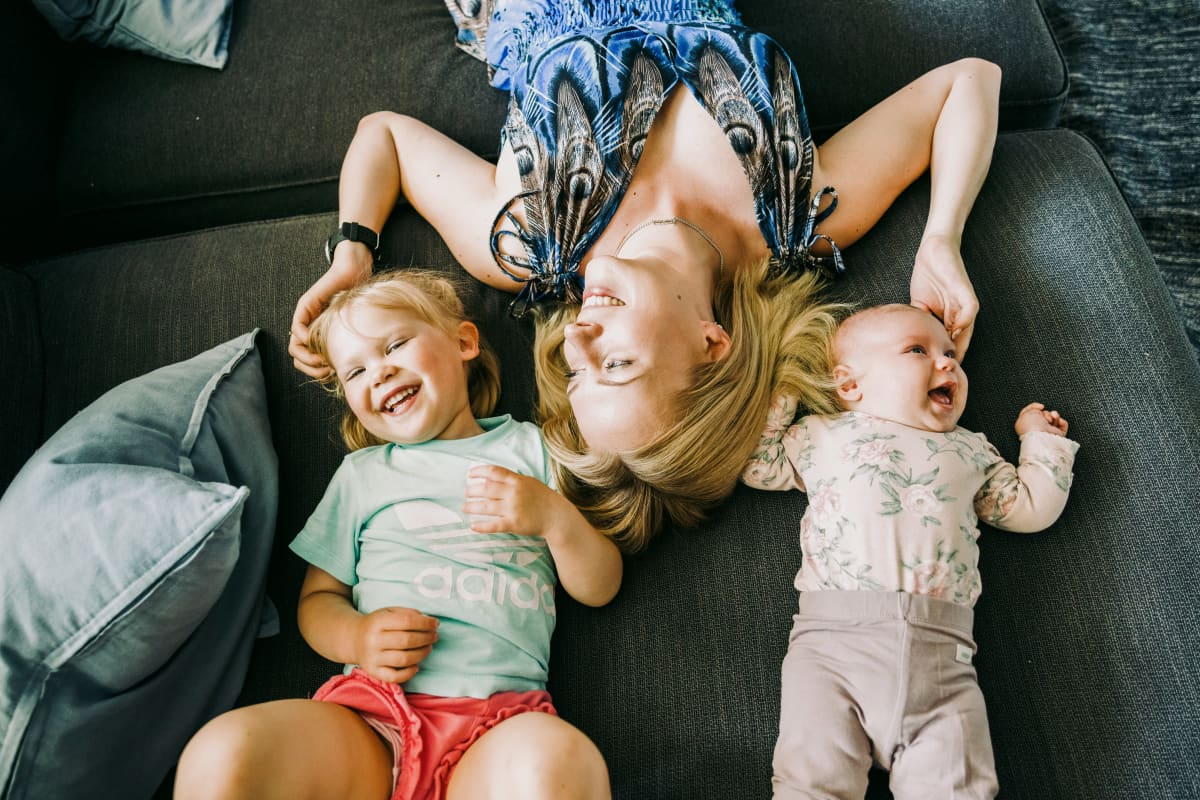 Laura Arrhenius ja lapset Helmi, 2,5v, Eevi, 3kk leikkivät kotona sohvalla.