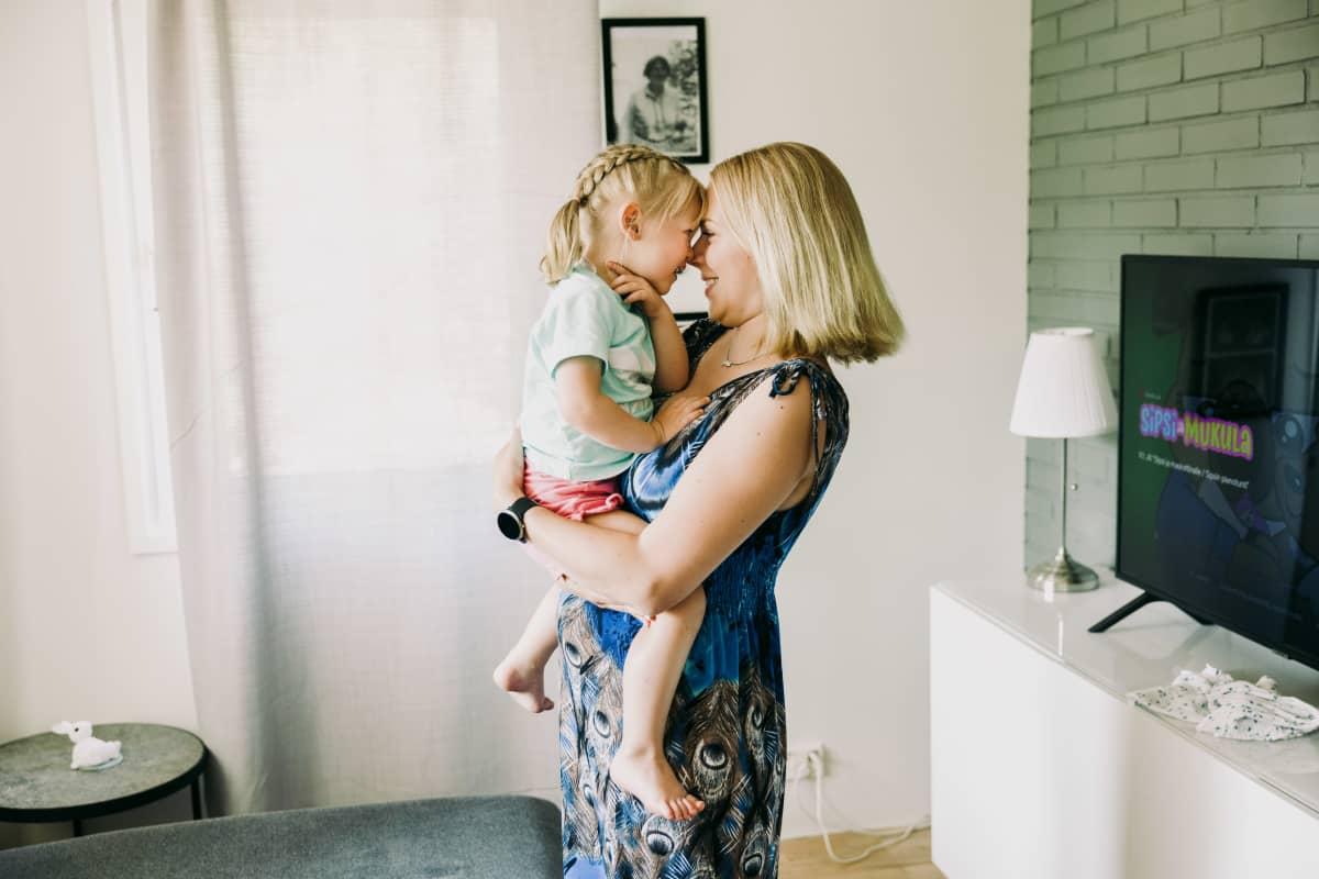 Laura Arrhenius ja tytär Helmi, 2,5v, leikkivät kotona.