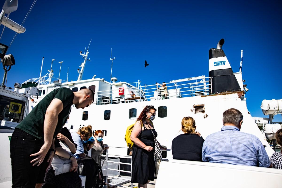 Ihmisiä lautalla Nauvossa matkalle Seilin saarelle.