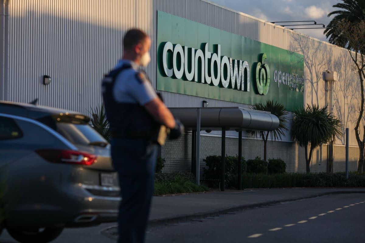 Poliisi valvoo Countdown-ruokakaupan edustalla Aucklandissa.
