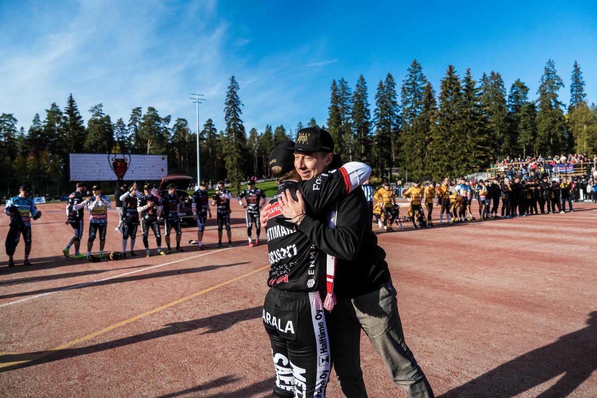 Manse PP voitti pesäpallon Suomen mestaruuden 2021. Kuvassa seuran väistyvä pj Matti Helimo halaa Juha Puhtimäkeä.
