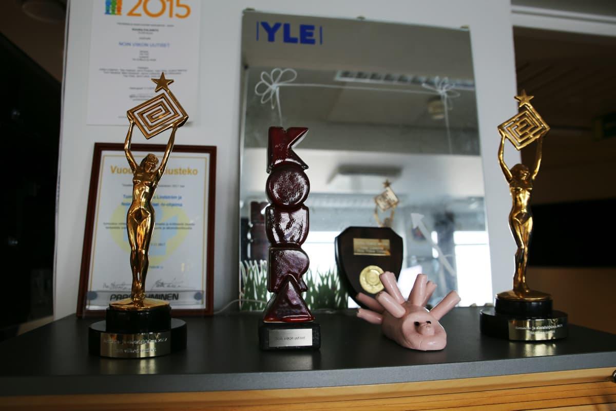 Noin viikon uutiset voitti parhaan komedia- ja sketsiohjelman Kultaisen Venlan vuosina 2016 ja 2017.