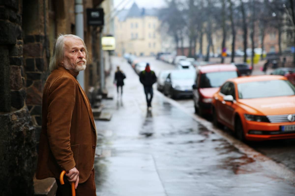 Taiteilija Martti Matilainen saa edelleen inspiraatiota Helsingistä.