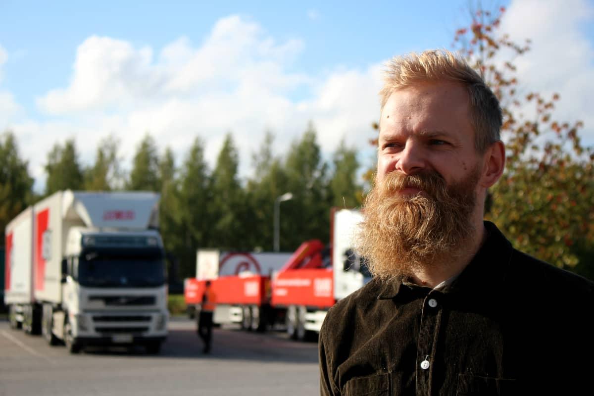 Tohtorikoulutettava Timo Aho tutkii rekkamiesten työtä.