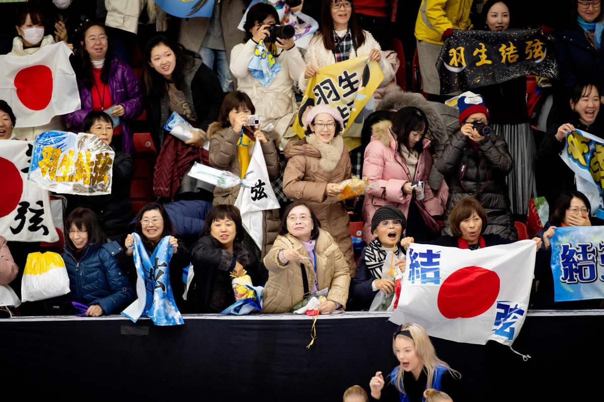 Japanilaisfaneja katsomossa