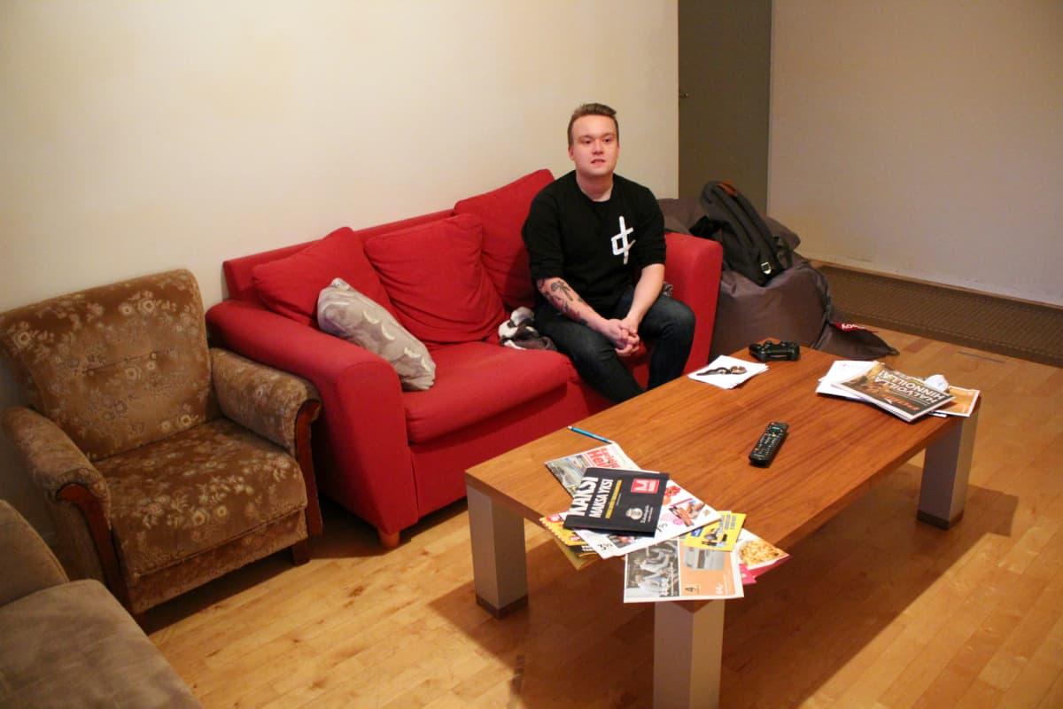 Juho-Matti Tukio opiskelijasolunsa olohuoneessa