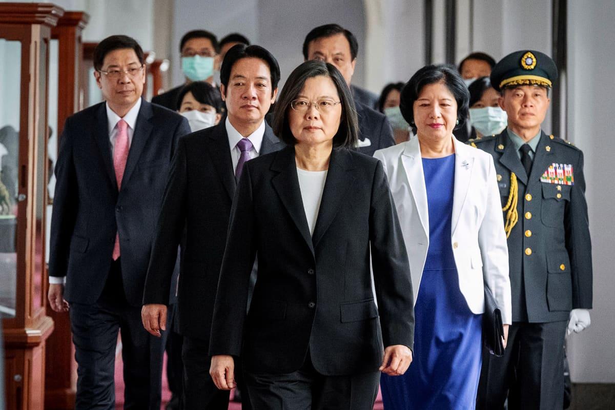 Kuvassa Taiwanin presidentti Tsai Ing-wen kävelee kohti kameraa.