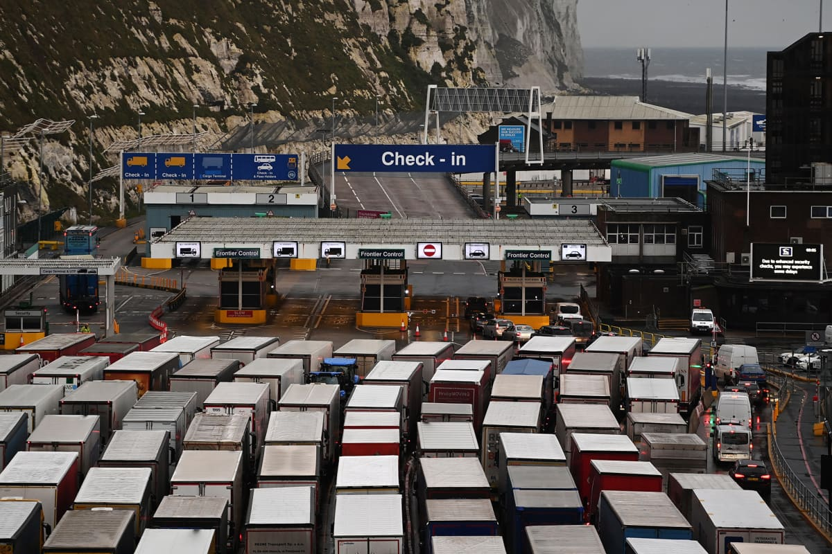 Rekka-autoja parkissa Doverin satamassa.