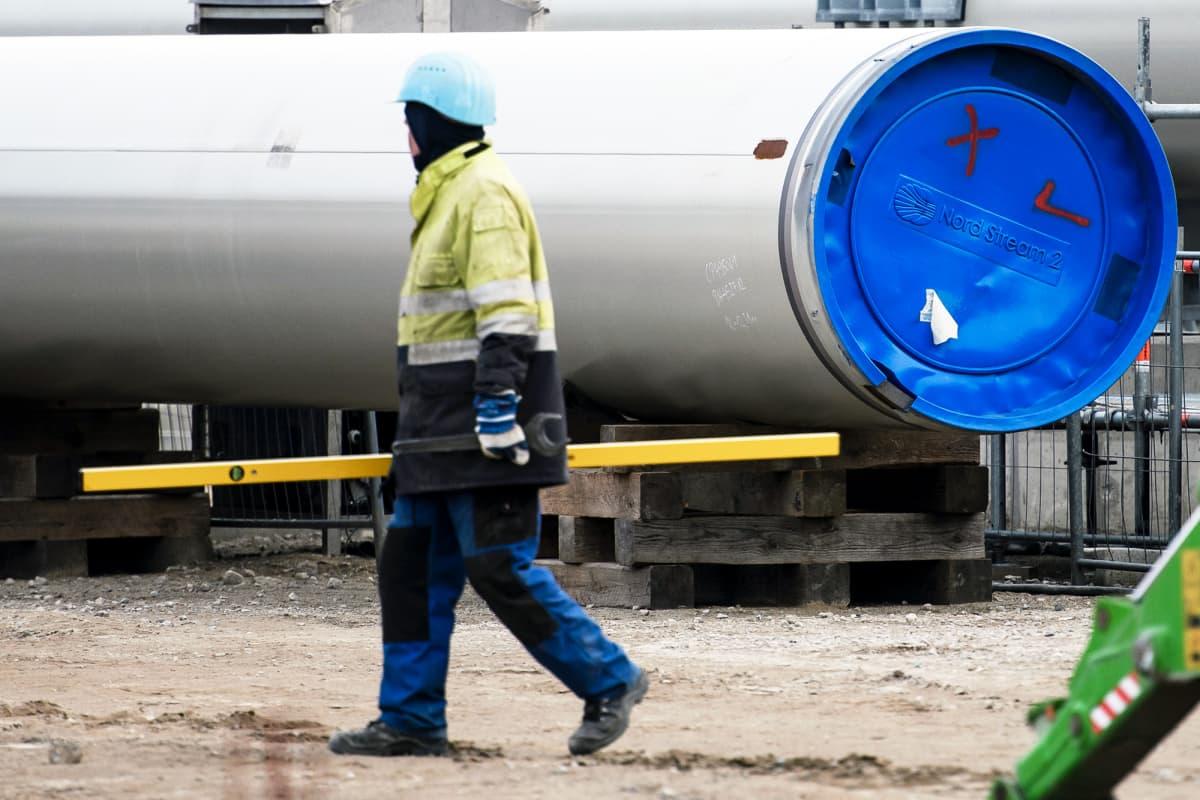 Työntekijä Nord Stream 2: n rakennustyömaalla Saksassa.