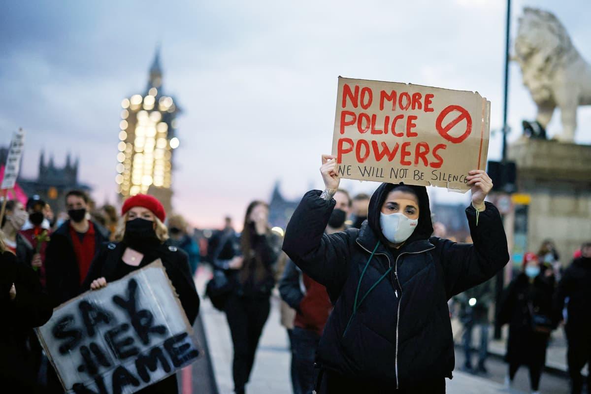 Mielenosoittajat kantavat kylttejä Lontoossa.