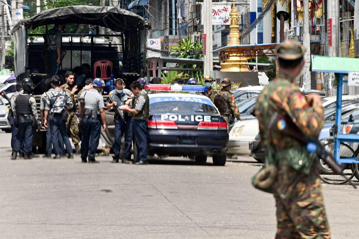 Turvallisuusjoukot valmistautuvat etsimään mielenosoittajia jotka ovat osaalistuneet mielenosoitukseen armeijaa vastaan.