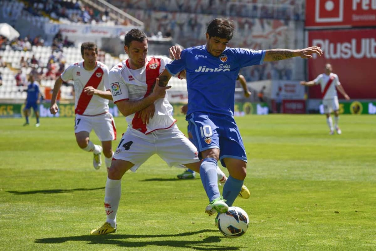 Rayo Vallecanon Anaitz Arbilla ja Valencian Ever Banega kaksinkamppailussa.