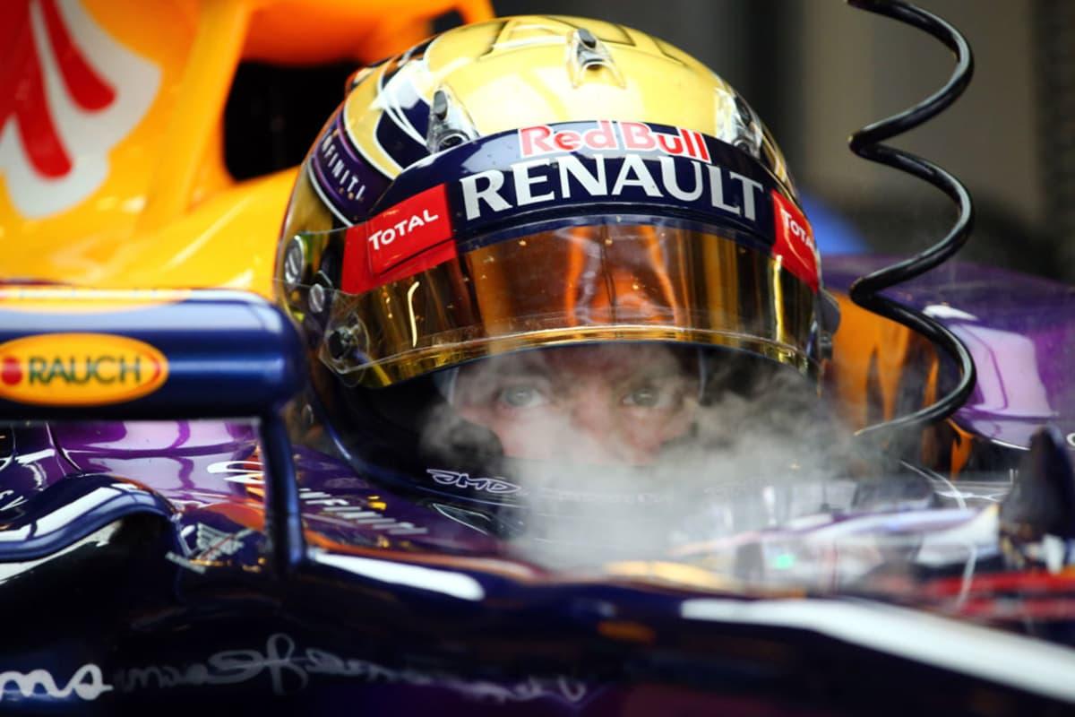 Red Bullin Sebastian Vettel saa viilennystä kasvoilleen Abu Dhabin aika-ajossa.