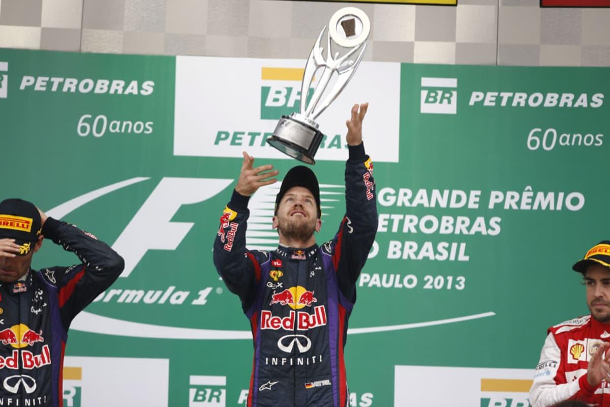 Sebastian Vettel juhlii voittoaan Brasilian osakilpailusta.