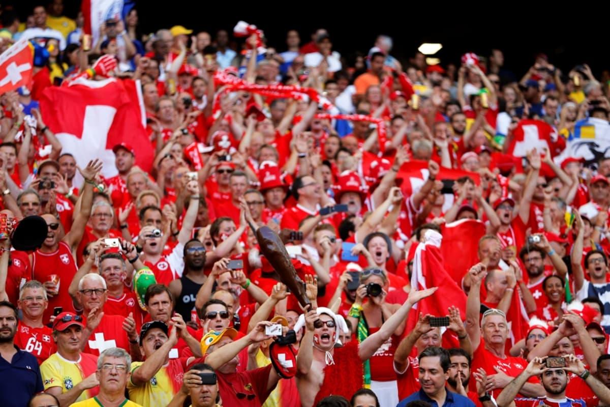 Sveitsin kannattajia katsomossa.