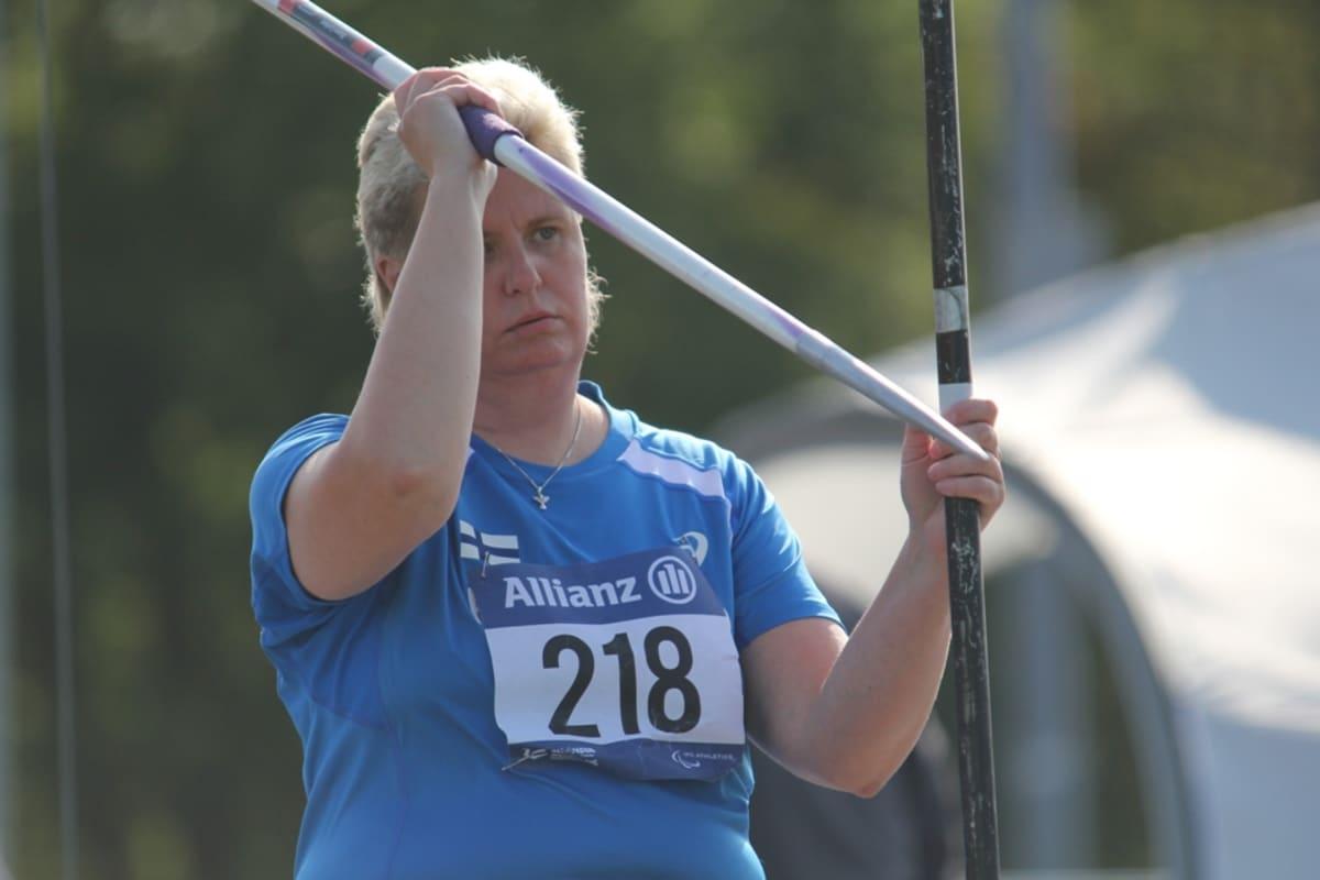 Marjaana Heikkinen valmistautuu heittoon.