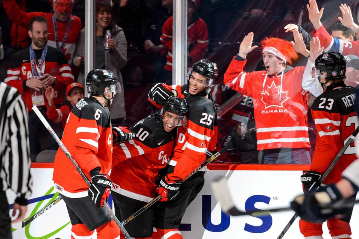 Kanadan joukkue tuulettaa maalia.