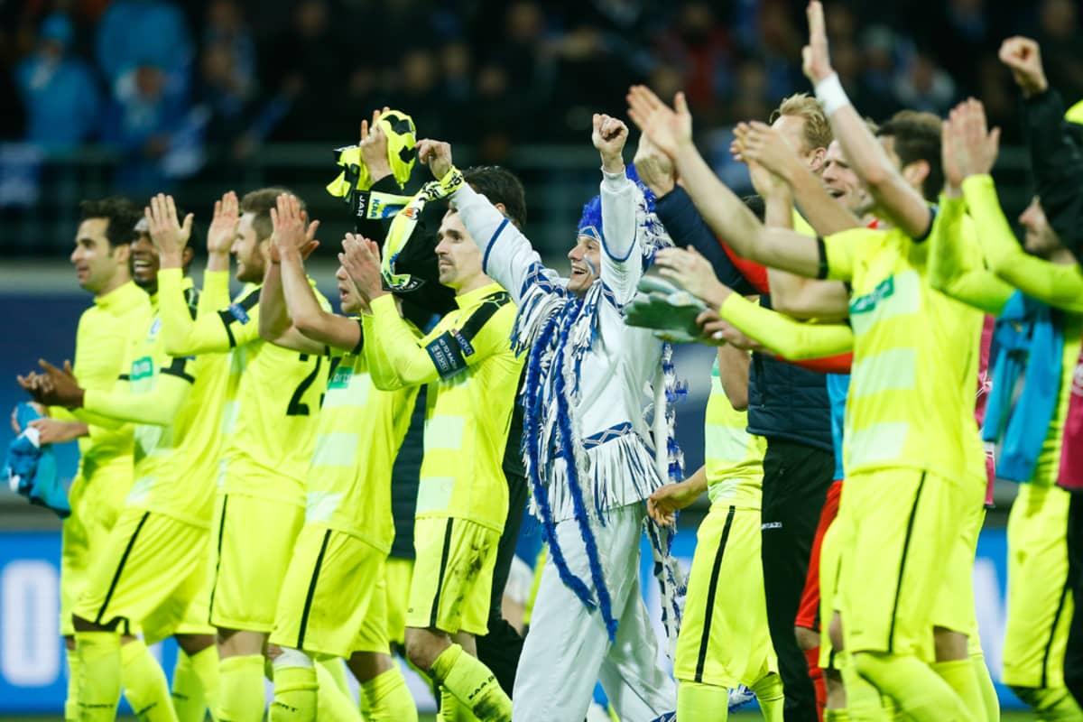 Gentin pelaajat juhlivat Mestarien liigan pudotuspelipaikkaa.