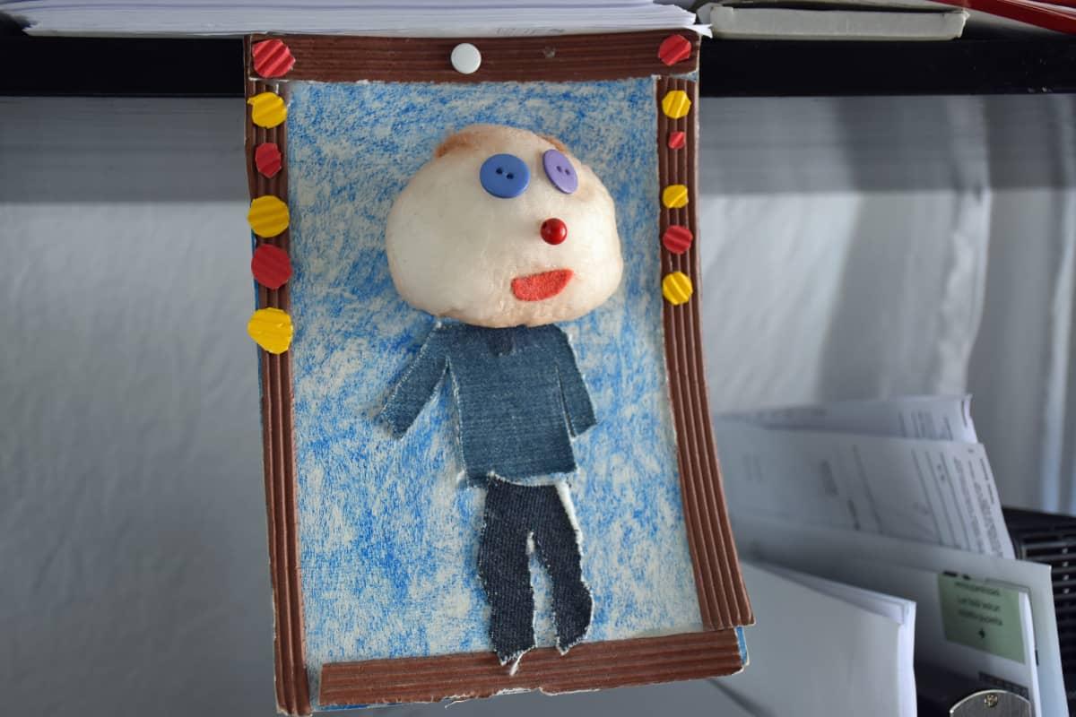 Wimme Saaren lapsen isästään tekemä näköisnukke.